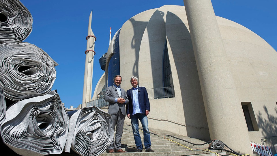 Dr. Bekir Alboğa (l.) und Jürgen Becker vor der Moschee im Kölner Stadteil Ehrenfeld. ©WDR
